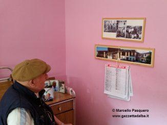 Centino guarda le foto della propria casa