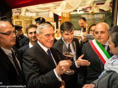 Il presidente del Senato Pietro Grasso incoraggia gli studenti dell'Enologica 3