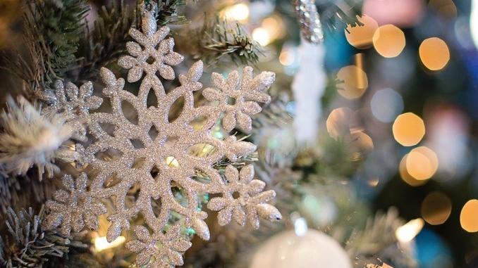 La città di Bra attende il Natale con vetrine animate e luci