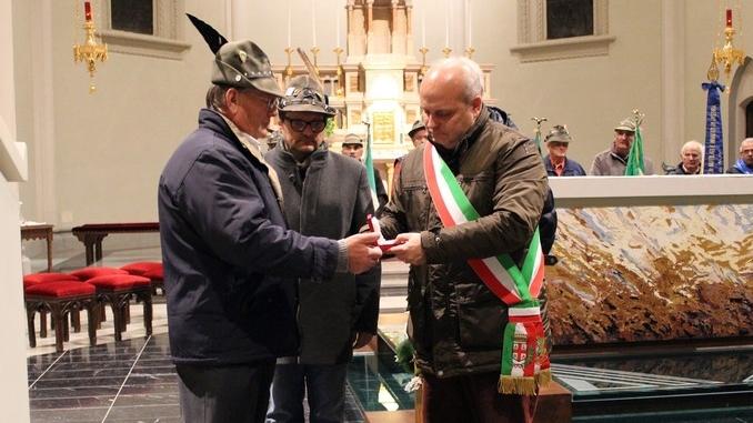 Alba: la piastrina dell'Alpino Luigi Airale consegnata al Sindaco Maurizio Marello