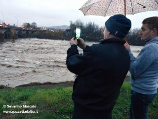 Folla di curiosi sull'argine del Tanaro, il Sindaco invita a non sostare nei pressi del fiume 1