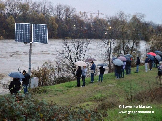 Folla di curiosi sull'argine del Tanaro, il Sindaco invita a non sostare nei pressi del fiume