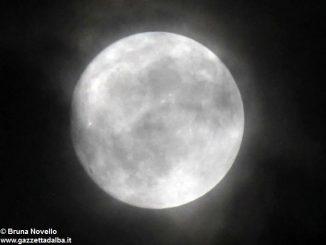 Lunedì sera tutti col naso all'insù per osservare la super luna piena