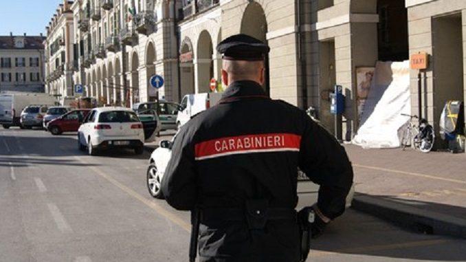 Trova un portafoglio contenente mille euro e lo riconsegna alla proprietaria