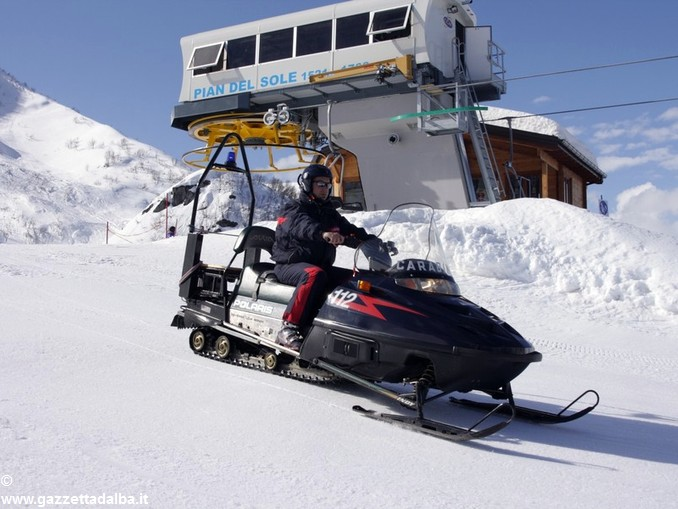 carabiniere in servizio sulle piste da sci
