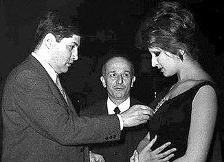 Guido Sacerdote (al centro) nel corso di una trasmissione televisiva con Mina