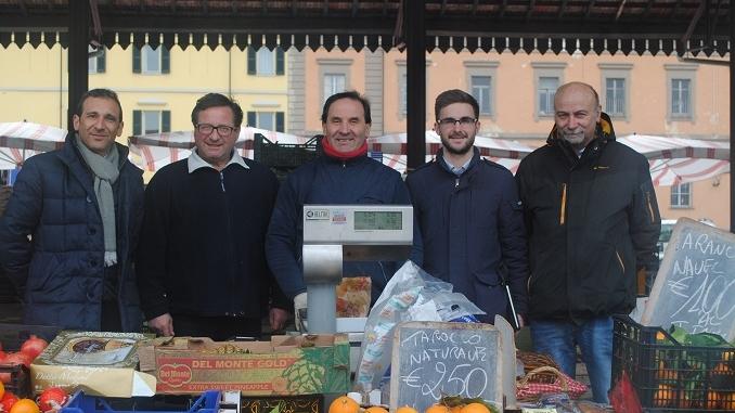 Gli ambulanti di piazza Cagnasso ringraziano l'amministrazione per l'illuminazione e i nuovi wc