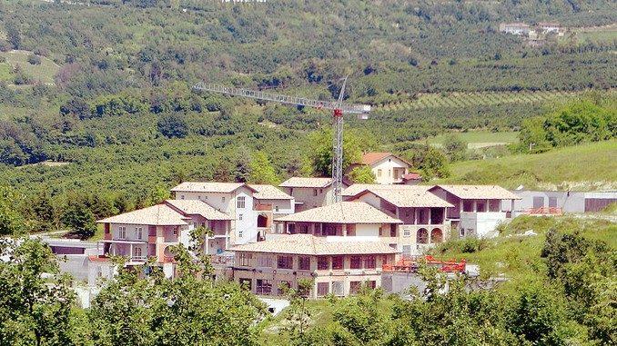 Il resort incompiuto è stato venduto all'asta