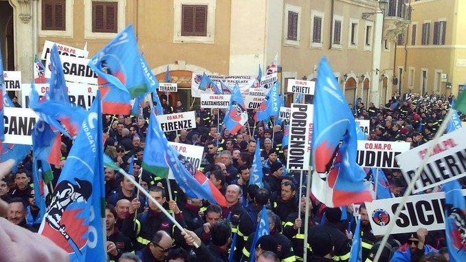 I Vigili del fuoco aderenti a Conapo manifestano a Roma 1