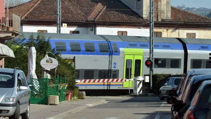 Alba: corso Bra è ostaggio del passaggio a livello ferroviario