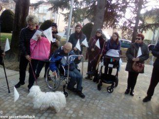 Alba bau pulita: i padroni di cani sensibilizzano sulla raccolta degli escrementi 1