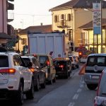 Il senso unico alternato in via Bonissani a Ceresole causa code e disagi