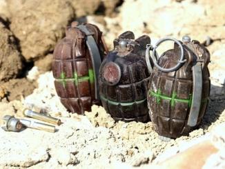 Gli artificieri fanno brillare tre bombe a mano trovate a Neive. Ecco le foto