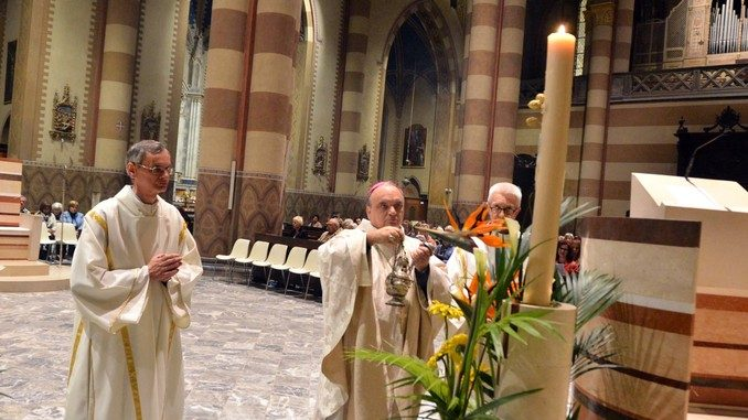 La Veglia pasquale e l'accensione del cero in Duomo 6
