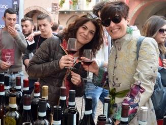 Piazze di Alba color del vino per gli enoturisti