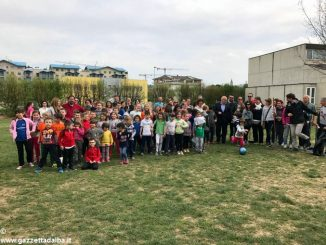 Genitori, alunni e insegnanti tengono cortili e giardini puliti