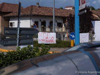 """Piobesi: animalisti manifestano di fronte al tendone del circo """"Millenium"""" 2"""