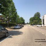 Via 25 aprile tra auto che sfrecciano ad alta velocità e mancanza di parcheggi