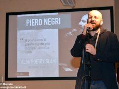 Romano Vola ha vinto l'Alba poetry slam. Ecco tutte le foto della tenzone poetica 8