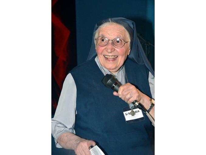 Figlie di San Paolo Suor Rosaria e presentatore 1 (4)