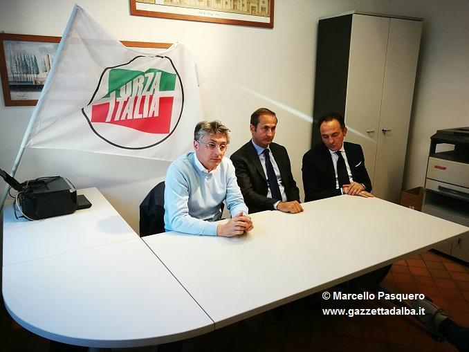 Al centro Gionni Marengo con a sinistra il capogruppo Carlo Bo e l'eurodeputato Alberto Cirio