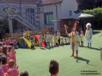 """Fotogallery: i momenti più belli della visita dei """"nasi rossi"""" alla scuola dell'infanzia Città di Alba"""