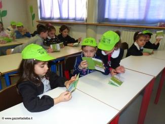 Ad Alba sei giovani profughi accompagnano i bambini per i Pedibus