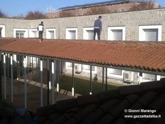 Viaggio nell'ex tribunale tra bivacchi, cassonetti bruciati e persone che camminano sulle tettoie interne