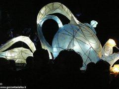 Ad Alba una sfilata di lanterne per Burattinarte e Arlecchino 3