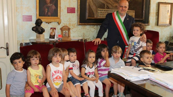 I bambini dell'asilo nido in visita dal sindaco Marello