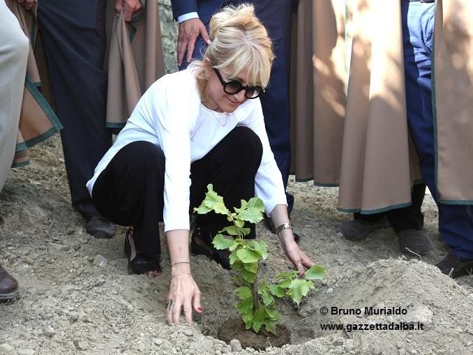 Cortemilia: Luciana Littizzetto è stata nominata ambasciatrice della nocciola nel Mondo