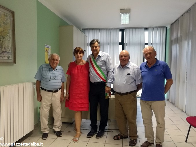 Marita Bosca riceve l'encomio e la targa dal sindaco Icardi e dal Collegio Commissariale del Ravone