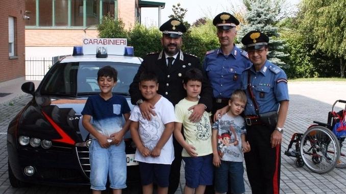Bambini in visita alla caserma dei Carabinieri di Bra