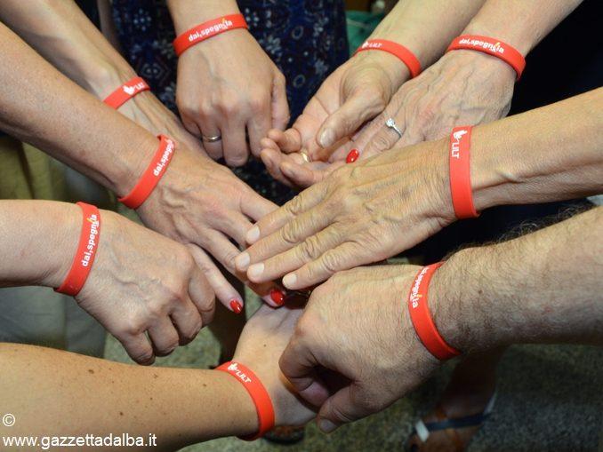 Braccialetti rossi contro il fumo distribuiti al campo scuola