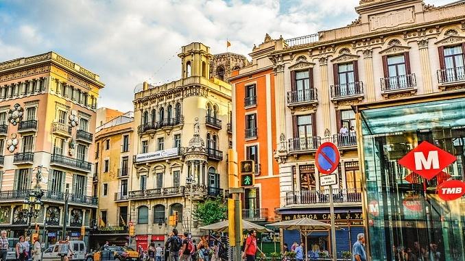 Furgone sulla folla a Barcellona, torna la paura del terrorismo