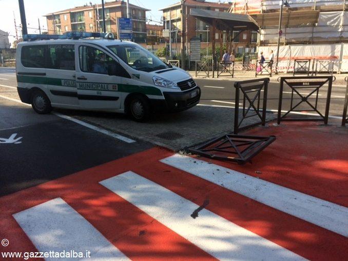 Già abbattute le nuove barriere del passaggio pedonale di Bra