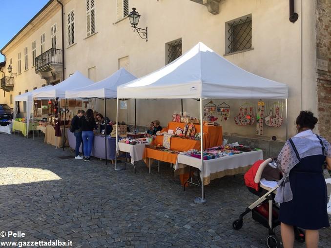 Guarene sagra vendemmiale banchi in piazza (2)