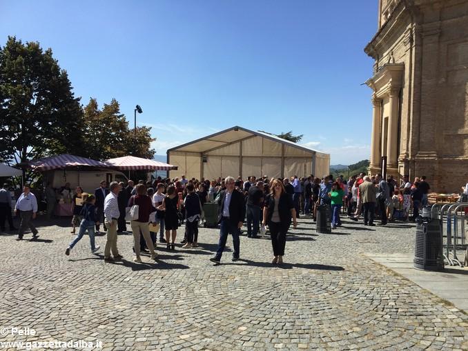 Guarene sagra vendemmiale banchi in piazza (3)
