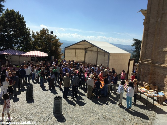 Guarene sagra vendemmiale banchi in piazza (6)