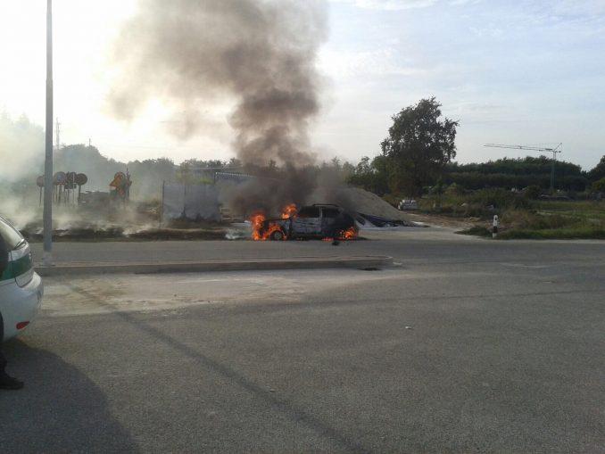 Auto in fiamme a Montà, illeso il conducente 2