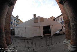 """Fa discutere il grande """"capannone"""" montato in piazza del Duomo 6"""