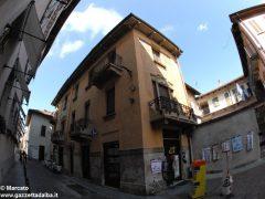 I decori del Settecento emergono in un palazzo in via Pierino Belli 4