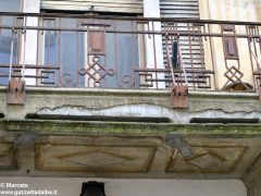 I decori del Settecento emergono in un palazzo in via Pierino Belli 5