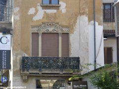 I decori del Settecento emergono in un palazzo in via Pierino Belli 6
