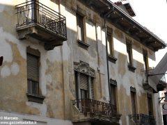 I decori del Settecento emergono in un palazzo in via Pierino Belli 8