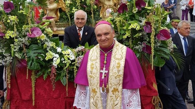 Bra: il vescovo Brunetti apre la processione di Madonna dei Fiori
