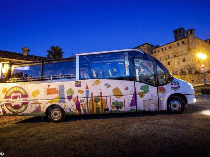 Un bus per i turisti attraverso le Langhe, tutte le domeniche  e i festivi