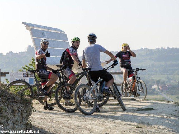 Se il turismo si muove in e-bike tra le rocche del Roero