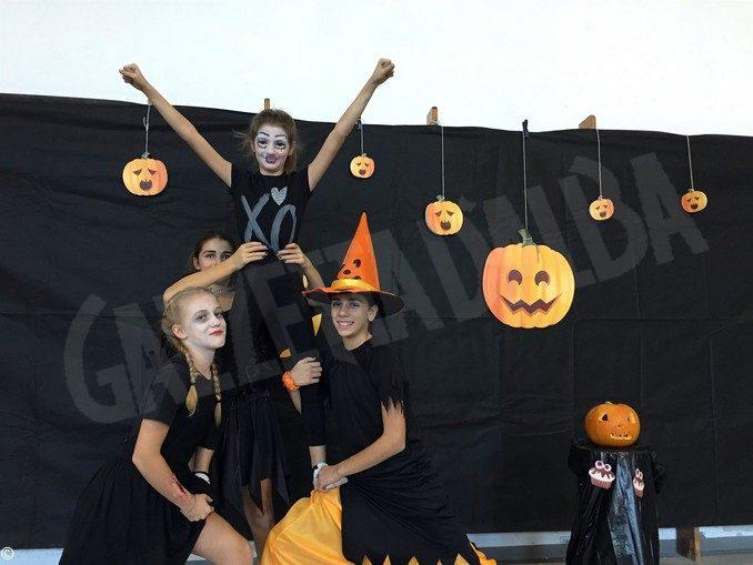 Festa in maschera a tema Halloween per le cheerleader