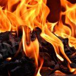 Ferrere: getta la cenere del camino a ridosso del bosco e la vegetazione prende fuoco